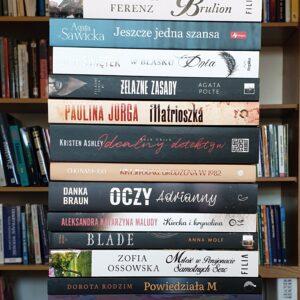 Zdjęcia przedstawiają książki